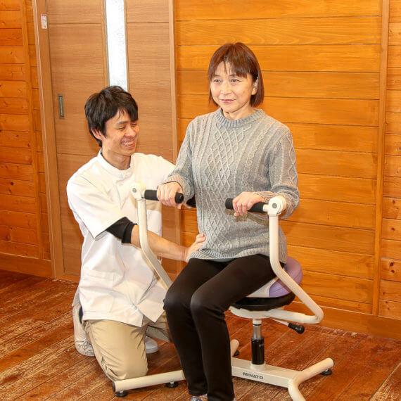 脊柱機能改善を目的としたフレックスチェアでの体操の様子